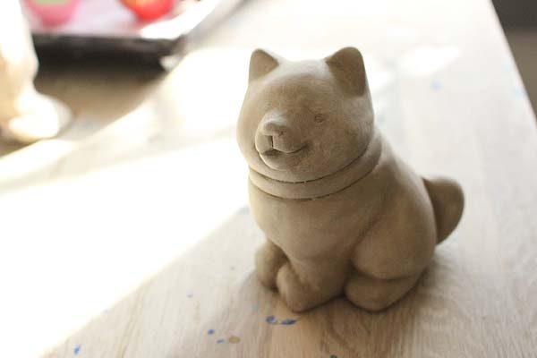 土で形を作り、素焼きをした状態に、絵付け体験をしていただきます!