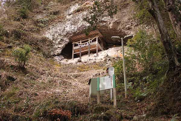 岩屋神社の境内社である「熊野神社」も、険しい岩場を活かした懸造り(かけづくり)の建物でした。