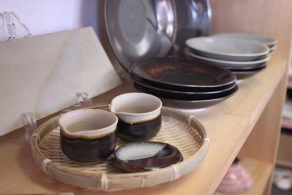 「高取焼は400年の歴史がある黒田藩の御用窯で、土づくりだけで半年の時間と手間をかける伝統的な焼き物です。一子相伝で、茶器として使用されています。色合いだけで魅せていくのが特徴なんですよ。」