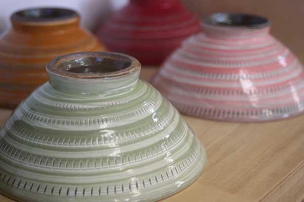 「逆に小石原焼は、自由な作風が許されているので窯元さんによって個性があります。テーブルやイスまで小石原焼で作られる方もいる程です。伝統技法を使用したり、ポップな色味をあえて使う方がいらっしゃったり…。様々ですよ。」