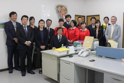 加工してくださる工場の方、流通を担当してくださる企業の方、ローソンのみなさん、糸島市役所、アジアン・マーケット、博多女子高校のみなさんで記念写真!