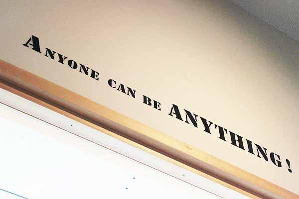 教室の壁に発見!「誰もが何でもなれる!」