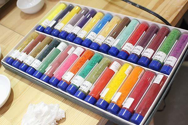 ↑彩色に博多人形師さんが使います。皆さんは速乾性のあるアクリル絵の具での体感です♪