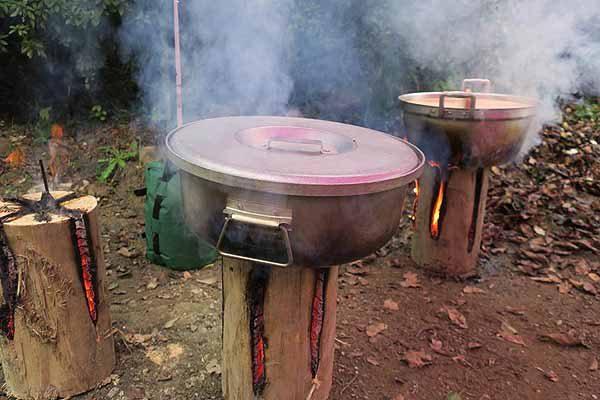 料理の煮炊きの火として、暖房として、明かりとしても使用出来る。