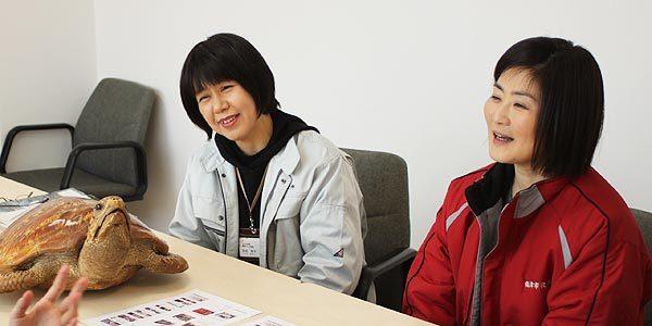福津市役所うみがめ課、池田明子さん(写真左)と、○○さんに、実際にお話を伺いました。