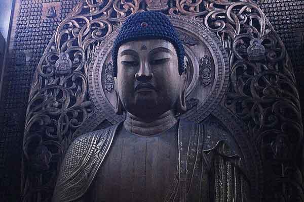 良く見ると、光背には7仏や13仏も彫られ、後ろの壁面に5000もの小仏が。