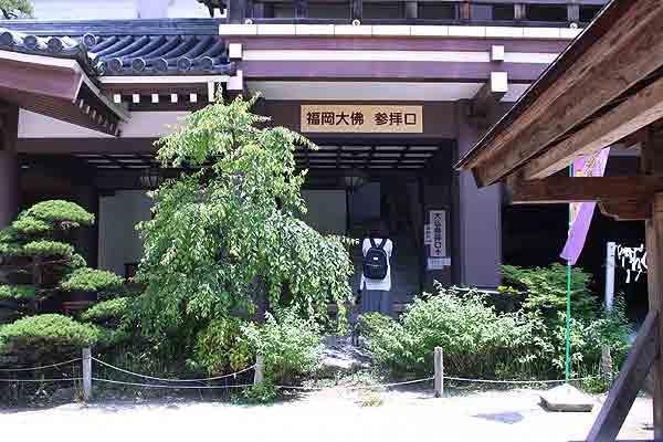 「福岡大仏」には、門から向かって右手より入れます。