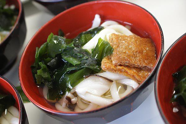 だしスープっ鯛!!レシピ【鯛だしうどんわかめ乗せ】