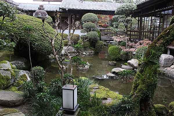 お庭も見事な「さとう別荘」さんです。