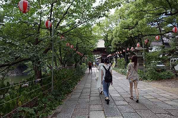 長い参道は、歩く楽しさがあります。