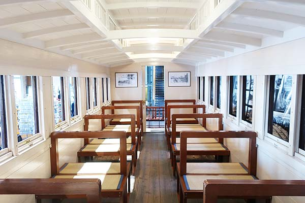 門司港レトロ-九州鉄道記念館の旧式客車の車内