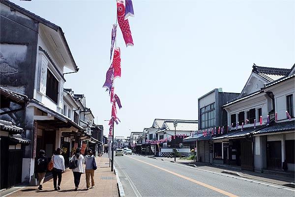 うきは市吉井の白壁通りには電柱・電線がなく、空がつき抜けていました