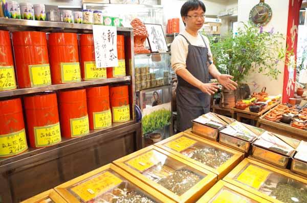 江崎さんは八女茶専門店の「江崎製茶」、