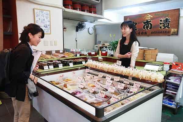 バリエーション豊かなお漬物に驚愕する記者。見たこともない野菜がある…。