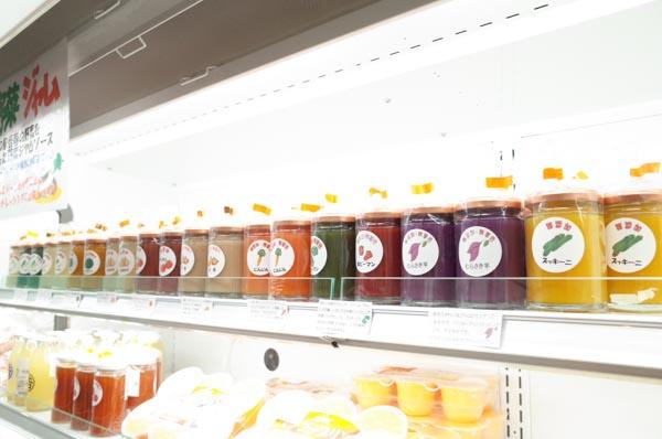 サイズは2種類、常温の棚と冷蔵の棚にあります。