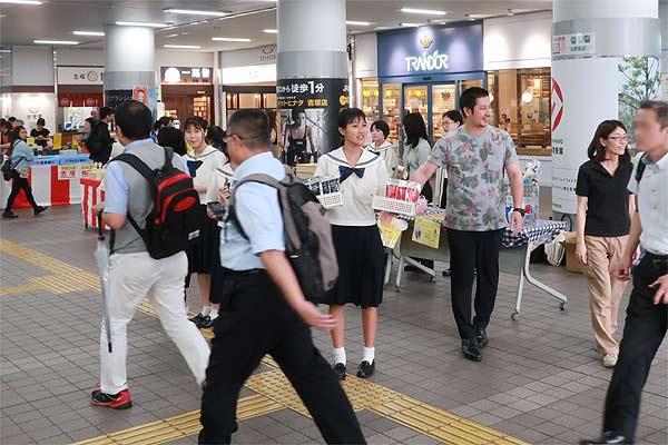 JR吉塚駅コンコースでの販売の様子