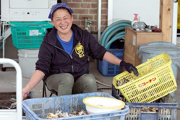 糸島牡蠣小屋で作業をする漁師さんの奥さん